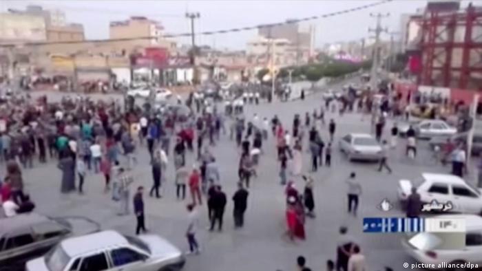 Iran l Proteste gegen höhere Benzinpreise (picture alliance/dpa)