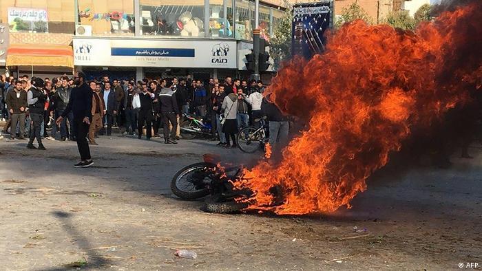 Fogo pegando fogo em meio aos protestos no Irã