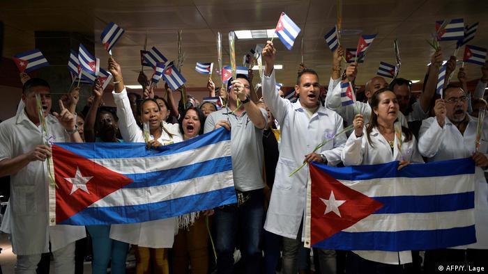 Foto de médicos cubanos en el Aeropuerto Internacional José Martí.