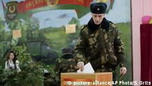 A soldier casts his vote in Belarus elections (picture-alliance/AP Photo/S. Grits)