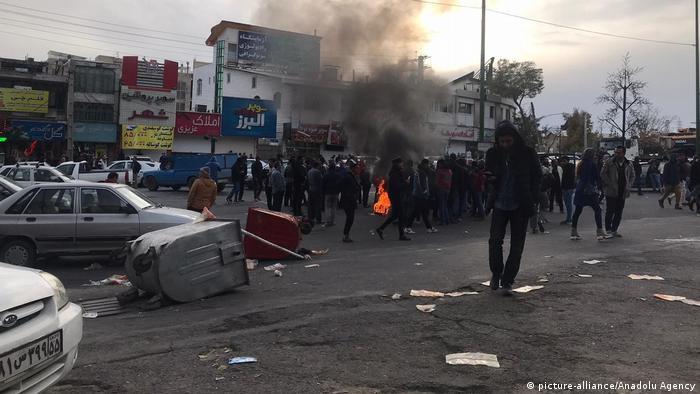 معترضان در برخی شهرها برای بستن راه نیروهای امنیتی سطلهای زباله را به خیابان انداختند و آتش افروختند