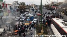 16.11.2019 *** TEHRAN, IRAN - NOVEMBER 16: Protesters set fire as they block the roads during a protest against gasoline price hike at Damavand of Tehran, Iran on November 16, 2019. Stringer / Anadolu Agency | Keine Weitergabe an Wiederverkäufer.