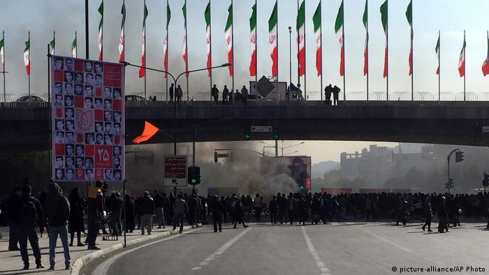 Iran Benzinpreiserhöhung & Proteste in Isfahan (picture-alliance/AP Photo)