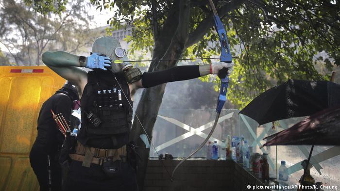 Manifestante armado com arco e flecha em Hong Kong