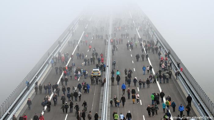 Ponte que se perde de vista na nebulosidade