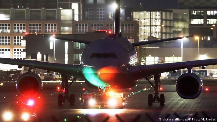 Avião na pista do aeroporto de Frankfurt