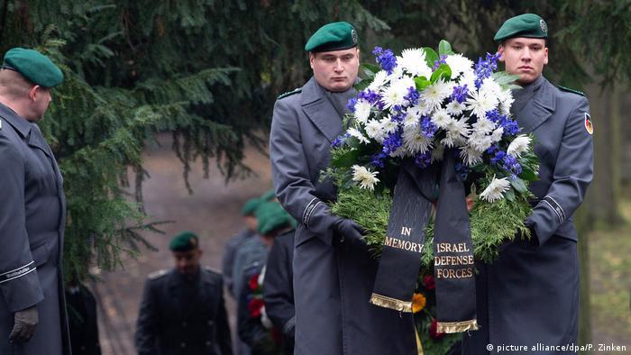 Bundeswehrsoldaten tragen während der Feier auf dem Friedhof in Weißensee einen Kranz der israelischen Armee (Foto: picture alliance/dpa/P. Zinken)