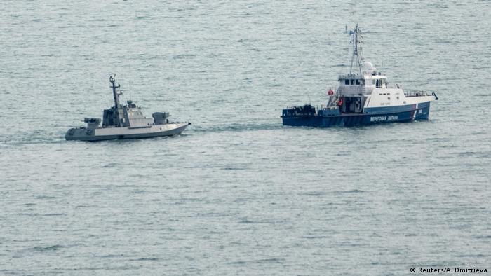Український військовий корабель у супроводі судна російської берегової охорони
