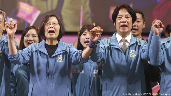 Taiwan Wahlkampf l Präsidentschaftskandidaten der Demokratischen Progressiven Partei Tsai Ing-wen und William Lai jubeln