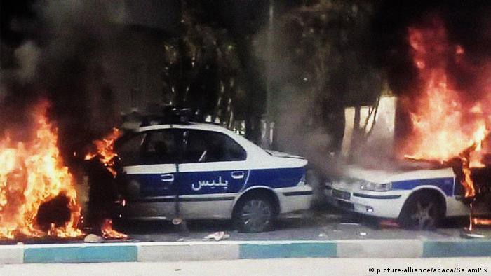 Manifestantes incendeiam viaturas policiais em protestos no Irã