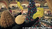 17.11.2019 Demonstrators waves their yellow vest as they stage a protest at the Galeries Lafayette shopping mall in Paris, Sunday, Nov. 17, 2019. Yellow vest protesters staged new actions Sunday across France to mark the birth last year of their movement for economic justice, one day after scuffles between Paris police and activists marred the anniversary. (AP Photo/Michel Euler) |