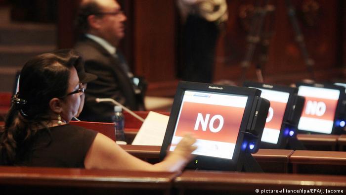 Foto de parlamentaria ecuatoriana mientras vota por el no.