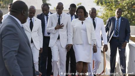 Haiti's President Jovenel Moise with the first lady and politicians (picture-alliance/AP Images/AP Photo/R. Blackwell)