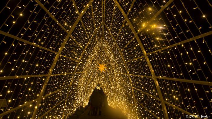 Christmas Garden Berlin 2019, Glittering gate light installation (DW/L.M. Jordan)