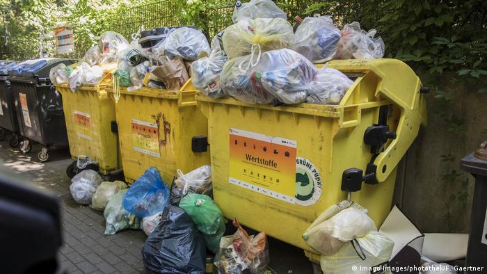Los contenedores de basura amarillos se desbordan con basura doméstica