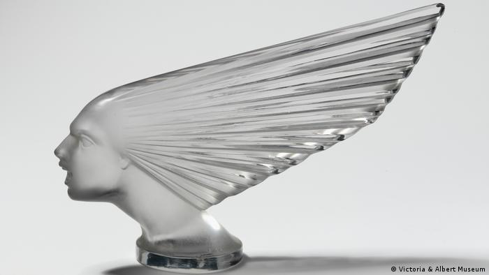 Gläserne Kühlerfigur Victoire mit einem androgynen Kopf und spitz zulaufenden Haaren (Victoria & Albert Museum)