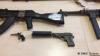 Автоматы и пистолет с глушителем, конфискованные полицейскими Берлина