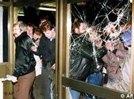 Në 15. Januar 1990 demonstruesit bllokuan qendrën e Stasit në Berlin.  Moment vendimtar ky në zbardhjen e së shkuarës komuniste në RDGJ
