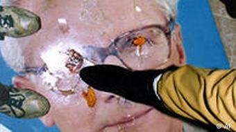 Ciudadanos de la ex RDA pisotean la imagen de Honecker en la sede de la Stasi, el serivicio de espionaje.