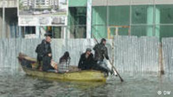 Einwohner von Shkodra im Boot (DW)