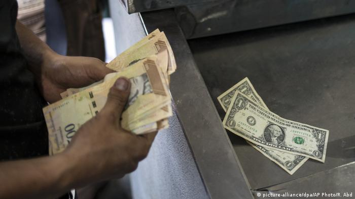Venezuela | Geld (picture-alliance/dpa/AP Photo/R. Abd)