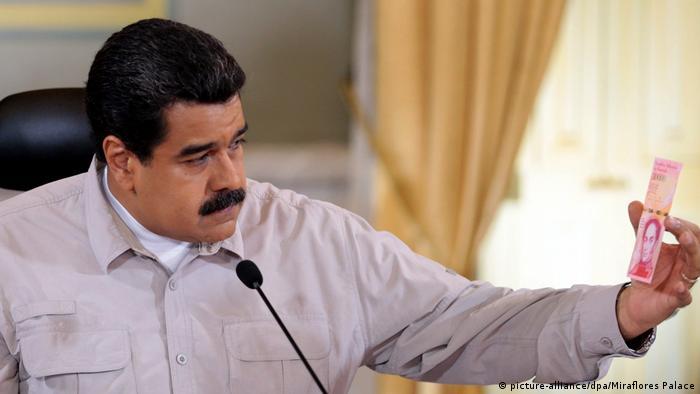 Venezuela Nicolas Maduro mit Bolivares Banknote