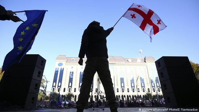 Протестувальники під будівлею парламенту Грузії