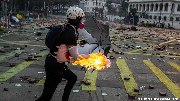 A Hong Kong protester holding a flaming Molotov cocktail (picture-alliance/Zuma/I. Abreu)