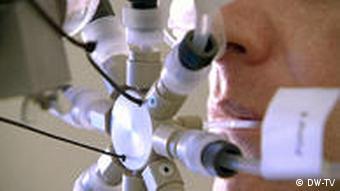 Testperson mit verschiedenen Geruchskolben vor dem Gesicht (Foto: DW-TV)