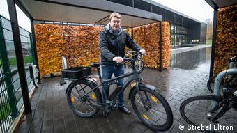 Henning Schulz sa svojim e-bikeom