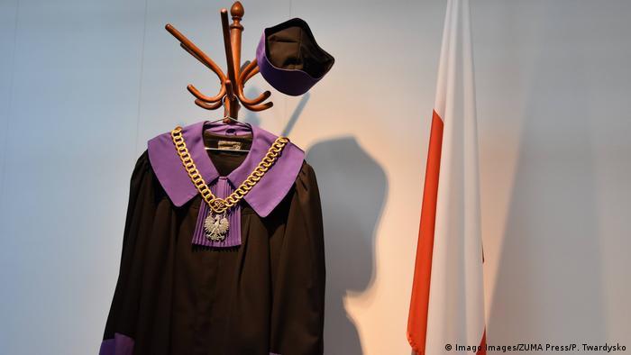 Polen Warschau Richterrobe im Obersten Gerichtshof