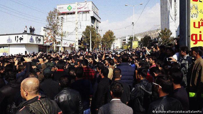 Iran Proteste gegen Erhöhung der Benzinkosten (picture-alliance/abaca/SalamPix)