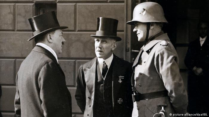 Adolf Hitler mit Zylinder