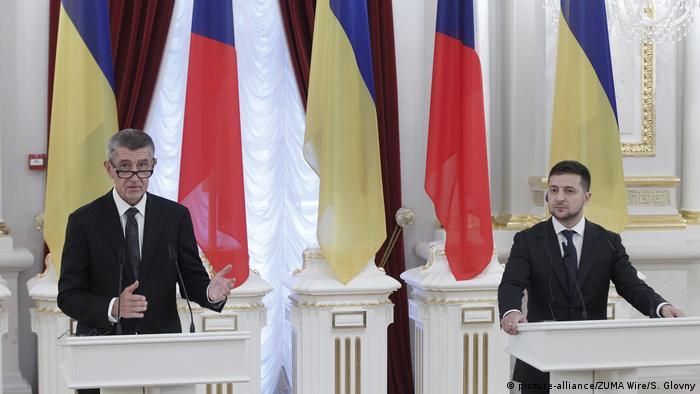 Андрей Бабиш и Владимир Зеленский на фоне флагов Украины и Чехии