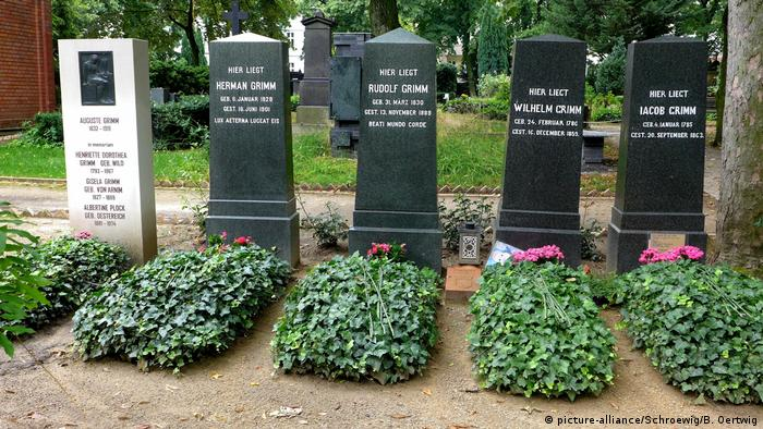 Grimm family graves in Alter St.-Matthäus-Kirchhof Cemetery in Berlin (picture-alliance/Schroewig/B. Oertwig)