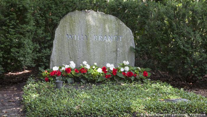 The forest cemetery Zehlendorf in Berlin, Willy Brandt's grave (picture-alliance/imagebroker/J. Woodhouse)