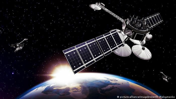 Satellite in space (picture-alliance/imagebroker/O. Maksymenko)