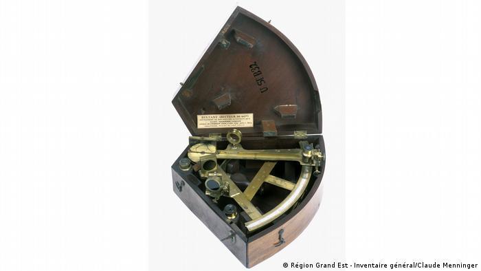 Photo of a Ramsden sextant protractor in a case at the exhibition Wilhelm and Alexander von Humboldt (Région Grand Est - Inventaire général/Claude Menninger)