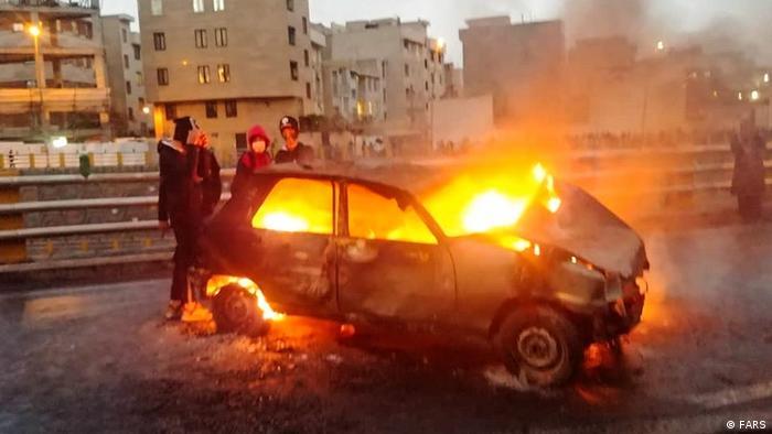 Vehículo incendiándose en las protestas en Irán. (Archivo).