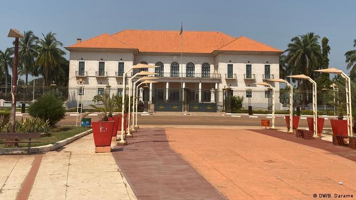 Futuro inquilino do palácio presidencial terá tarefa de resgatar a imagem do país