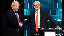 HANDOUT - 19.11.2019, Großbritannien, Manchester: Auf diesem vom ITV herausgegebenen Foto, gibt Boris Johnson (l), Premierminister von Großbritannien, Jeremy Corbyn, Vorsitzender der Labour Partei in Großbritannien, vor dem im Rahmen des Wahlkampfs live im Fernsehen übertragenen TV-Duell die Hand. Großbritannien wählt am 12.12.2019 ein neues Parlament. Foto: Itv/AP/dpa - ACHTUNG: Verwendung nur bis zum 19. Dezember 2019, zur redaktionellen Verwendung und nur mit vollständiger Nennung des vorstehenden Credits +++ dpa-Bildfunk +++