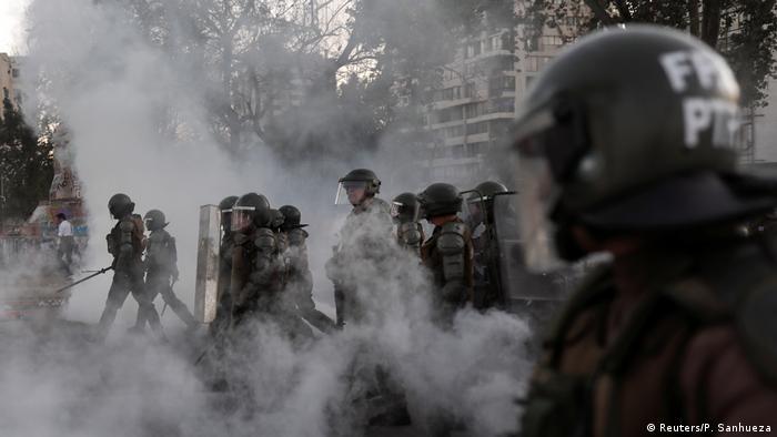 Policiais durante manifestação em Santiago