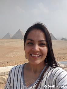 Die Autorin Eesha Kheny nimmt einen Selfie mit den Pyramiden von Gisa.