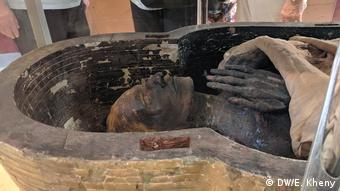 Egypt, close-up of the face and hands of a mummy (DW/E. Kheny)