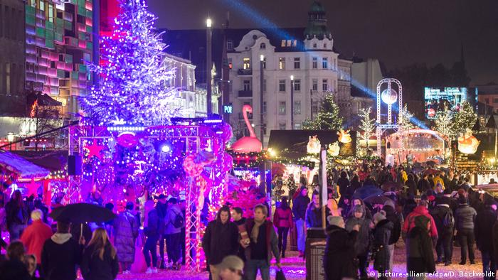 Germany Christmas market Hamburg Santa Pauli at night (picture-alliance/dpa/D. Bockwoldt)