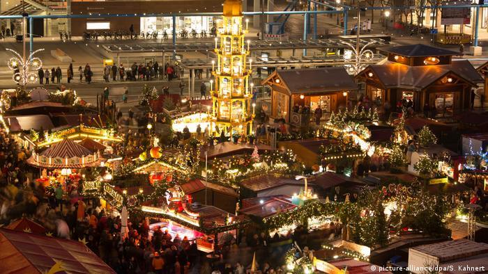 Weihnachtsmarkt Dresden Striezelmarkt (picture-alliance/dpa/S. Kahnert)