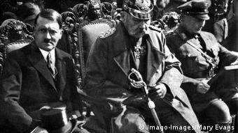 Deutschland Versteigerung von Nazi-Devotionalien in München   Hitler mit Zylinder