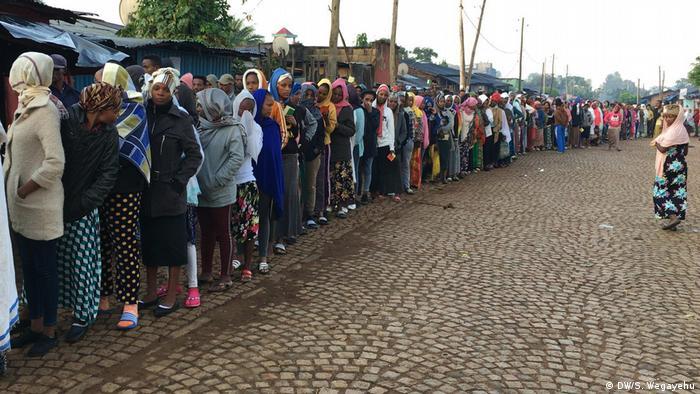 People queue to cast their vote (DW/S. Wegayehu)