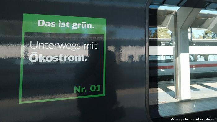 Плакат: поезда Deutsche Bahn используют экологическое электричество