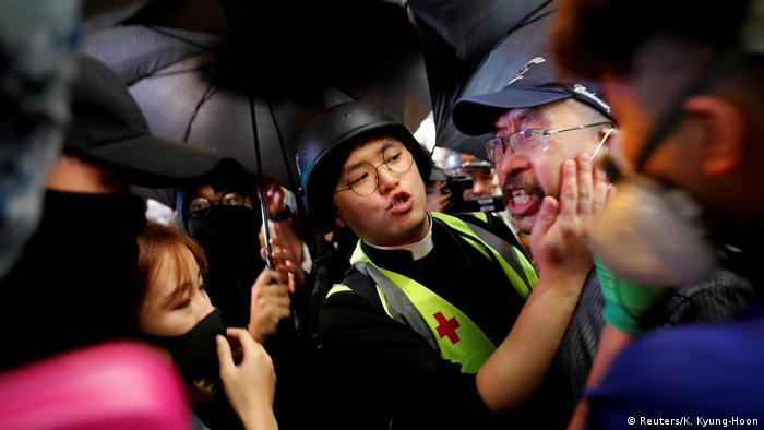 Hongkong Ein Pastor im Hilfseinsatz bei den Protesten (Reuters/K. Kyung-Hoon)